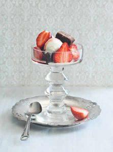 coupes-glacees-aux-fraises-et-aux-brownies
