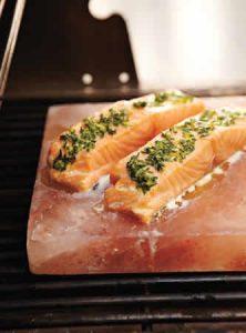 saumon-grille-sur-pierre-de-sel