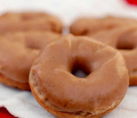 Donuts aux pommes avec glaçage caramel