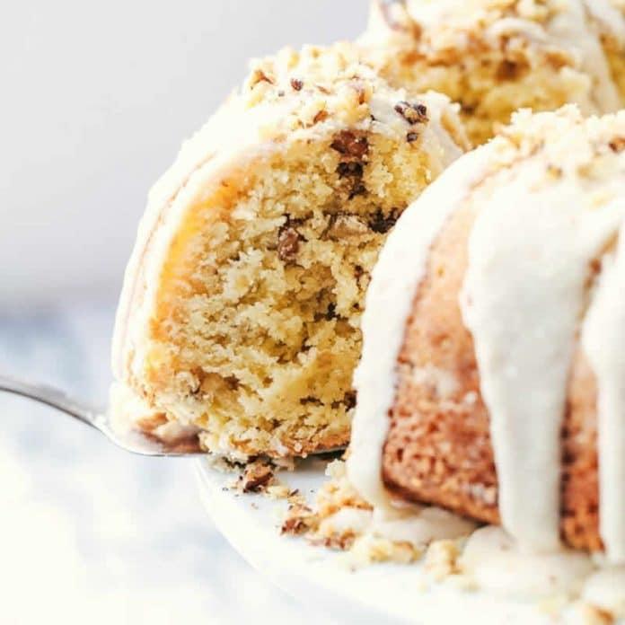 Gâteau aux noix avec glaçage chocolat blanc