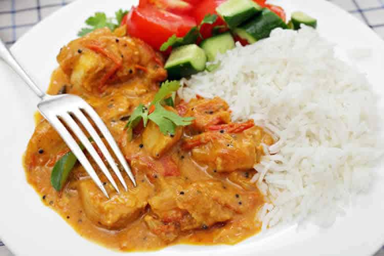 Poulet au curry et lait de coco faites les accompagner avec du riz - Poulet au curry lait de coco ...