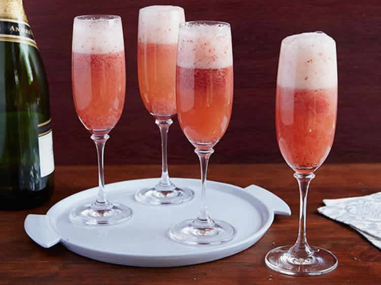 cocktail de champagne aux fraises avec thermomix recette thermomix. Black Bedroom Furniture Sets. Home Design Ideas