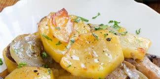 Pommes de terre aux oignons et aux champignons