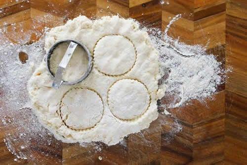 Scones citron au thermomix , un délice ultra moelleux pour votre goûter, je vous propose ici comment le cuisiner, voila la recette thermomix pour la faire chez vous à la maison.  INGRÉDIENTS :   - 300 g de farine - 12 cl de crème  - 12 cl de jus de citron  - 55 g de sucre   - 3 c.à.s de lait - 1 pincée de sel    PRÉPARATION:  Chauffez d'abord votre four à 200° et farinez une plaque. Ensuite mettez la farine, sel et sucre dans le bol de votre thermomix et mixez pendant 8 secondes à vitesse 6. Ensuite ajoutez crème, jus de citron et mixez pendant 15 secondes à vitesse 5. Formez une boule avec votre pâte puis abaissez-la sur un plan fariné. Ensuite façonnez des cercles - rondelles avec un emporte piece, placez-les sur la plaque en gardant un  espace entre elles. Badigeonnez-les avec le lait puis mettez votre plaque au four pour une cuisson de 15 minutes. Enfin voila vos scones citron au thermomix, servez avec de la confiture et beurre, bon appétit à tous. 1