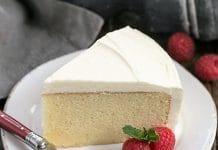 Gâteau au glaçage chocolat blanc