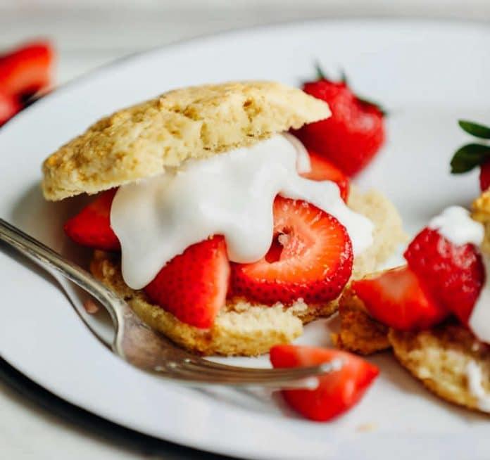 Mini gâteau à la crème et fraises