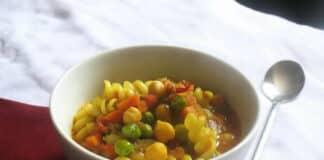 Soupe de pâtes aux légumes et pois chiches