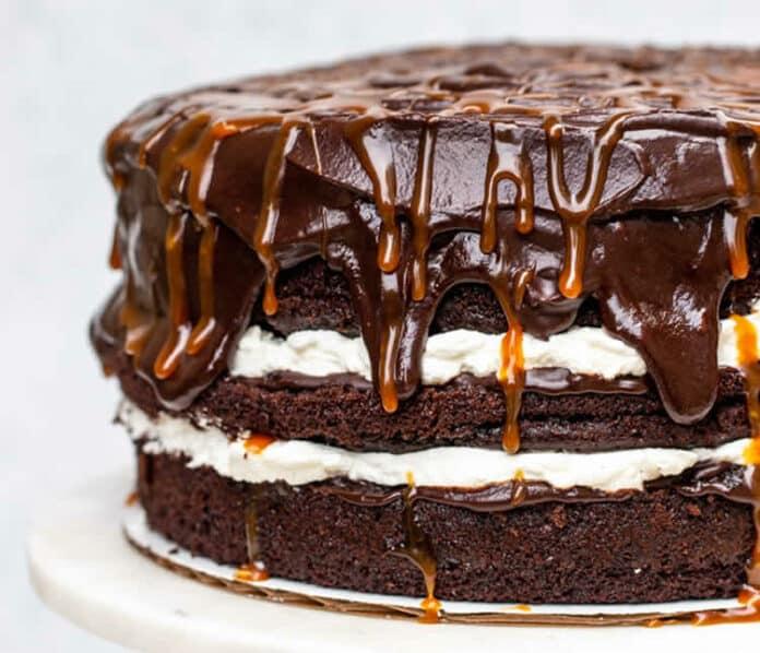 Gâteau au chocolat et sauce caramel