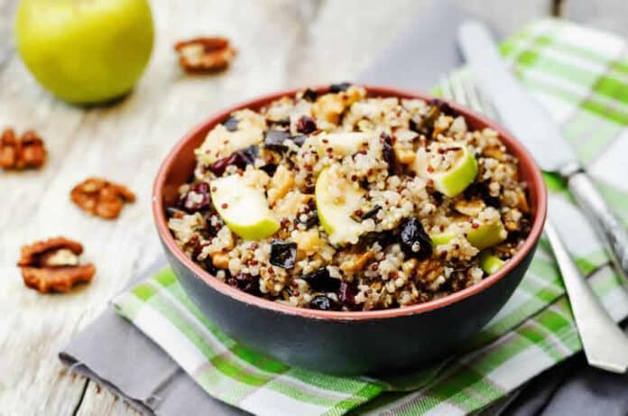 Salade de l'aubergine quinoa et pomme